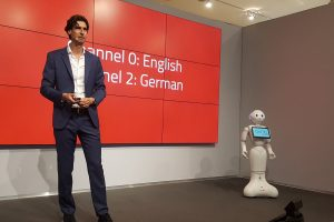 Keynote met robot on stage