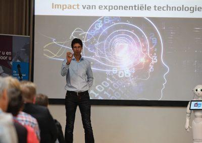 Keynote spreker met robot, impact robots en exponentiele technologie